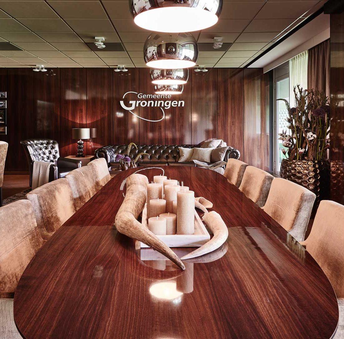Interieur-Ontwerp_Business_Leisure_FC-Groningen_Skybox_Groningen_Ovale_Tafel_Detail_Accessoires__01