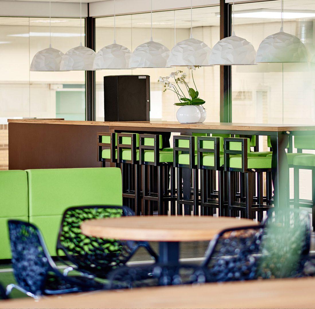 Interieur-Ontwerp_Education_Alfa_College_Groningen_Inrichting_Lounge_Banken_Maatwerk_Statafel__06