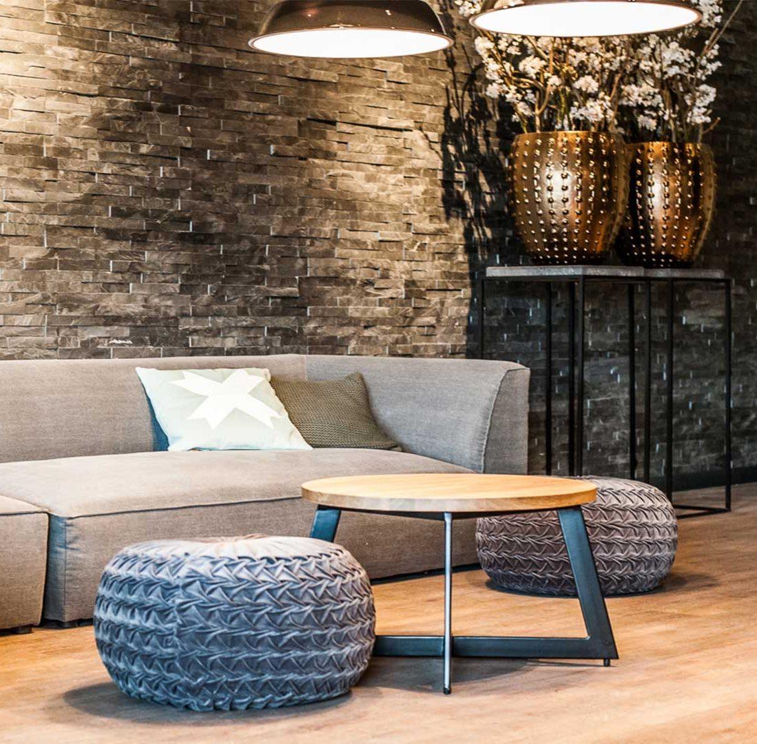 Interieur-Ontwerp_Hospitality_Hotel_Hoogeveen_Lounge_Detail_Bank_Salontafel_Hout_Staal__05