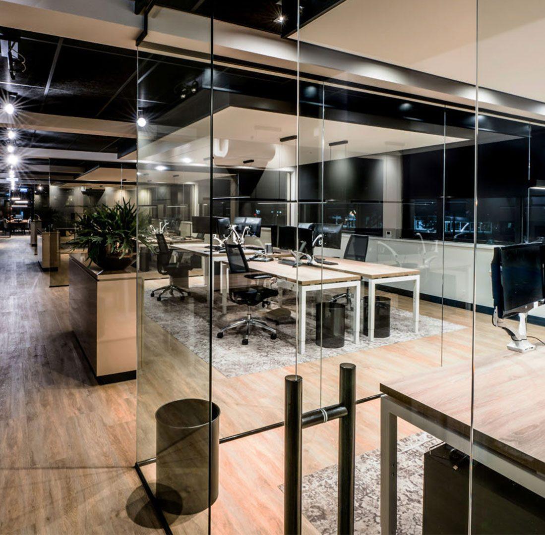 Interieur-Ontwerp_Office_BPZ_Assen_Werkplekken_Houtbladen_Glazen_Wanden__08