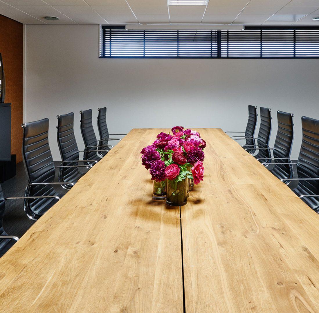 Interieur-Ontwerp_Office_Sealteq_Stadskanaal_Vergaderruimte_Zwart_Bureaustoelen__03