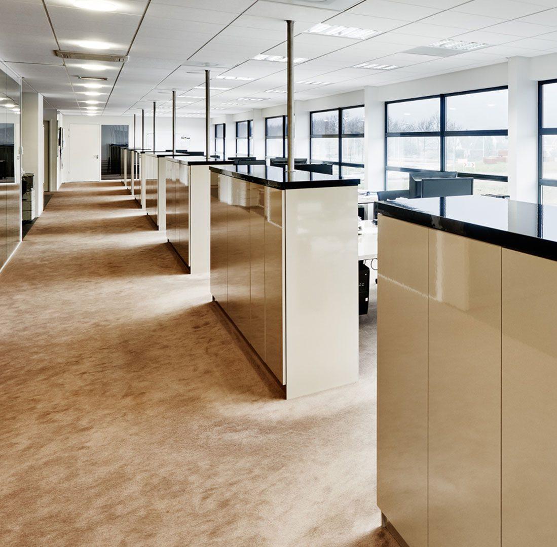 Interieur-Ontwerp_Office_Sealteq_Stadskanaal_Werkplekken_Tapijtvloer_Dressoirs__05